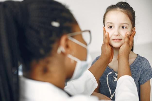 医者の少女。子供の検査。アフリカの医者。