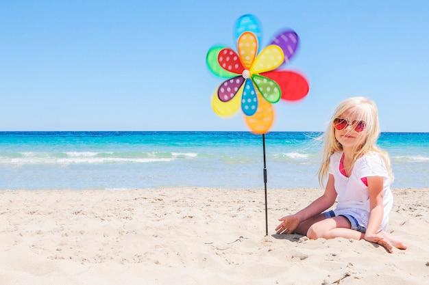ビーチで小さな女の子