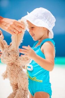 모래성을 만드는 열 대 백사장에서 어린 소녀