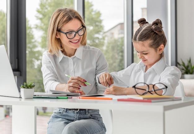 격리하는 동안 집에 학교로되는 어린 소녀
