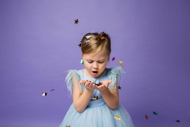 少女は紫に彼女の手から紙吹雪を吹き飛ばします