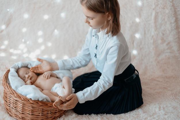 갓난 아기 동생을 애무하는 어린 소녀