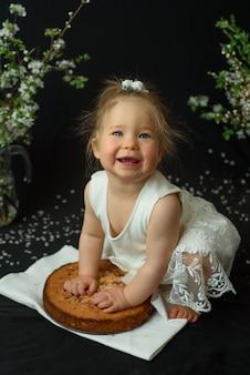 어린 소녀는 그녀의 첫 생일을 축하