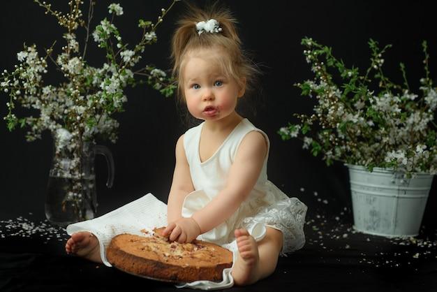 Маленькая девочка празднует свой первый день рождения