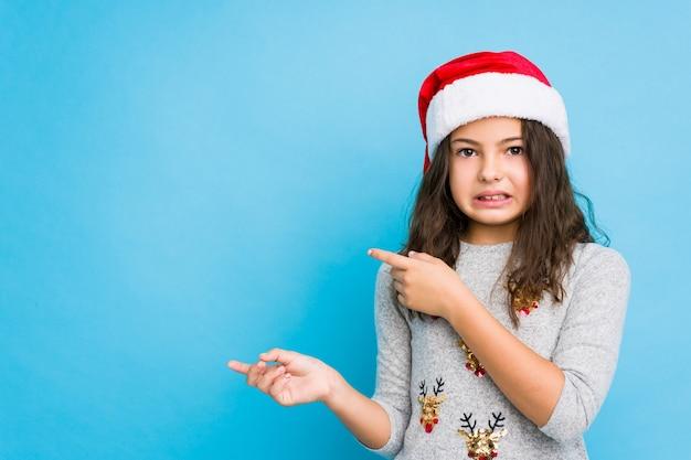 クリスマスの日を祝う少女は、人差し指でコピースペースを指してショックを受けた。