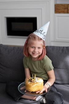 家で誕生日を祝う少女
