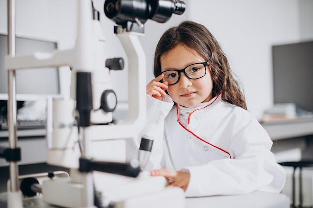 眼科センターで視力をチェックする少女