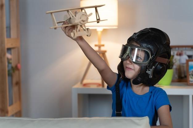 Маленькая девочка ребенок ребенок играет в шлеме и очках