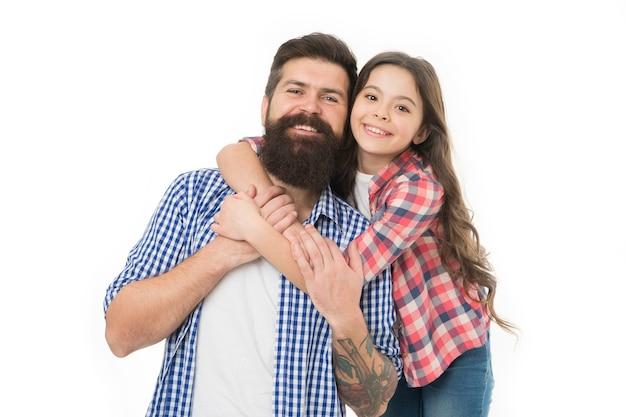 Маленькая девочка любит отца. счастливая семья, счастливый ребенок. отец бородатый мужчина с ребенком. отцы милашка. день семьи. у счастливой маленькой девочки длинные волосы. день отца. отец и ребенок. ты мое сокровище.