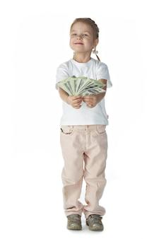 Маленькая девочка с деньгами на белом фоне