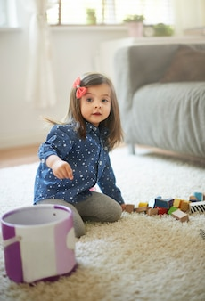 遊んだ後の小さな女の子の掃除ブロック