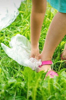 小さな女の子がビニール袋を掃除する
