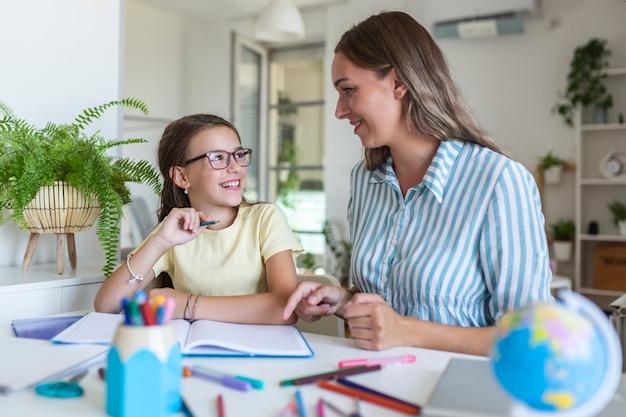 母親と一緒に家にいる間、アルバムの絵を着色する少女、ワイドスクリーン。世代と幸せな家族の概念