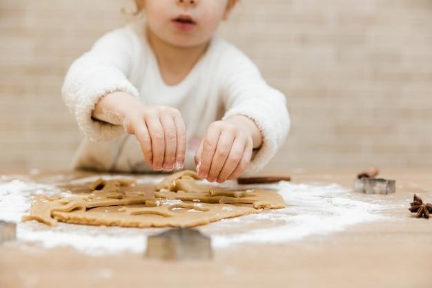 キッチンで料理をしている少女
