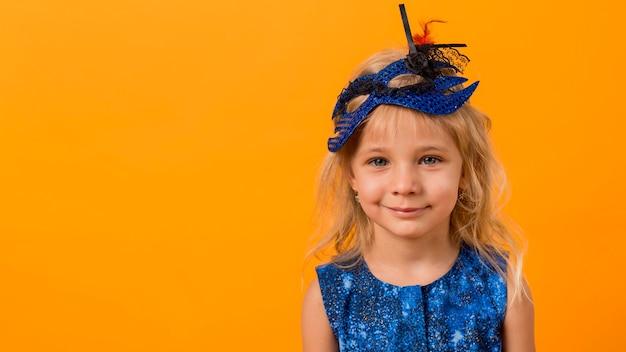 Bambina in costume con maschera e copia spazio