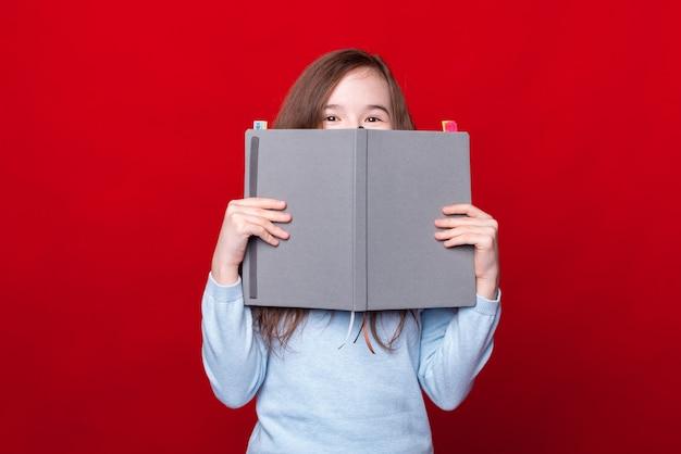 パンネで顔を覆っている少女
