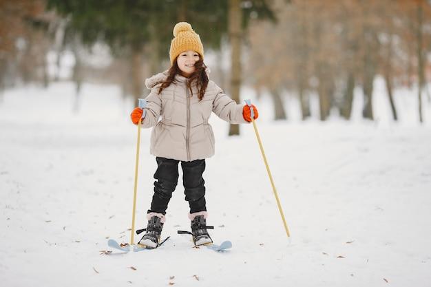어린 소녀 크로스 컨트리 스키