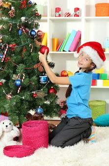 クリスマスツリーを飾る少女