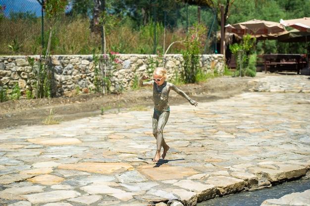 어린 소녀 더러운 칠면조의 치유 온천 근처 거리를 실행