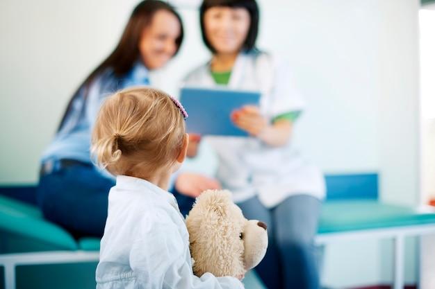 Bambina all'ufficio dei medici
