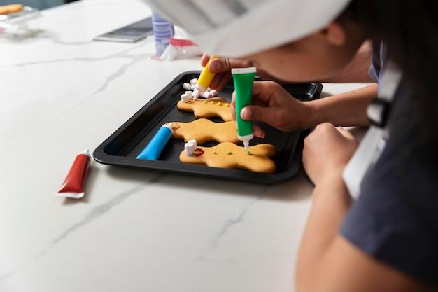 Маленькая девочка делает имбирное печенье
