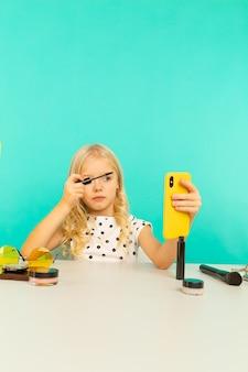 동영상 블로그에 대 한 카메라에 메이크업을 하 고 어린 소녀입니다. 블로거로 일하면서 인터넷 용 비디오 튜토리얼 녹화.