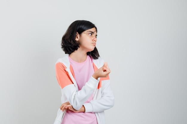 T- 셔츠, 재킷에 돈 제스처를 하 고 가난한 찾고 어린 소녀. 전면보기.