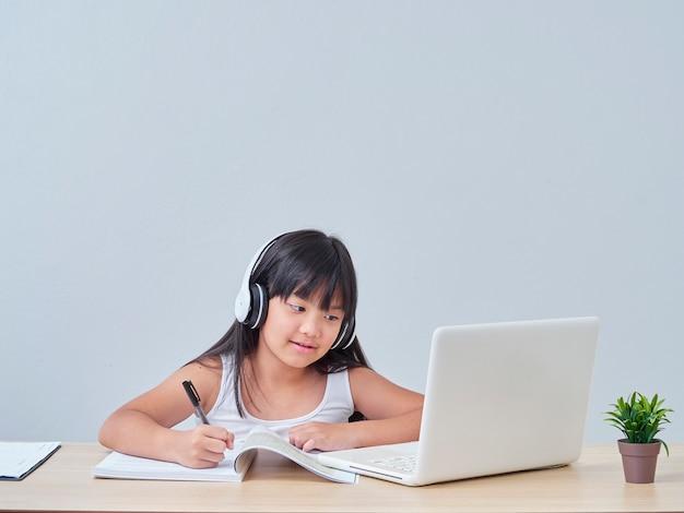 온라인 수업을하는 어린 소녀
