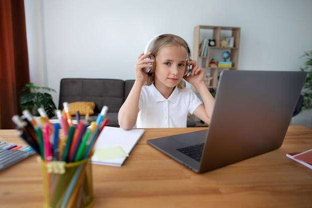 Маленькая девочка делает онлайн-классы из дома