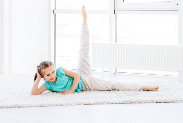 Маленькая девочка делает тренировки