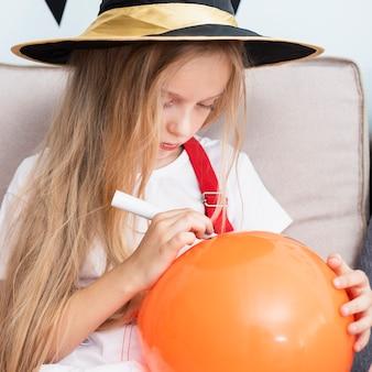 Маленькая девочка рисует хэллоуин Бесплатные Фотографии