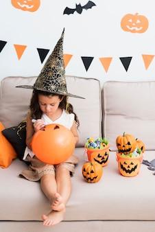 Маленькая девочка рисует хэллоуин