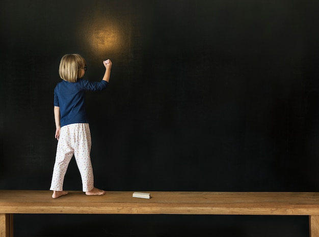 Маленькая девочка, рисование на доске