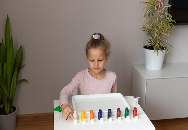 水に墨流しの絵の具で描く少女