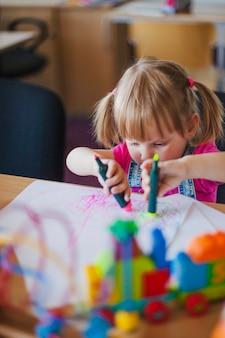 Маленькая девочка с маркерными ручками
