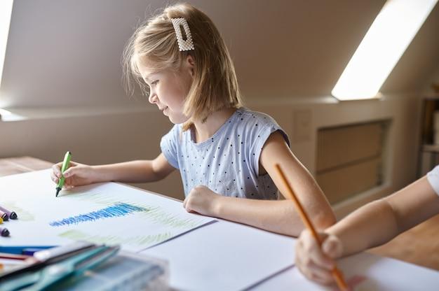 Маленькая девочка рисунок маркерами, ребенок в мастерской