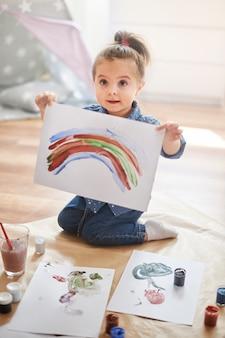 絵を描く少女
