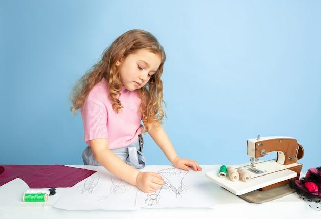 針子の将来の職業を夢見ている少女