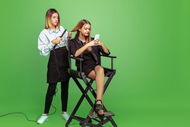 얼굴 및 헤어 스타일 아티스트의 미래 직업에 대해 꿈꾸는 어린 소녀