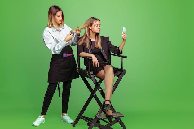 顔と髪型のアーティストの将来の職業を夢見ている少女