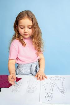 Bambina che sogna la futura professione di sarta