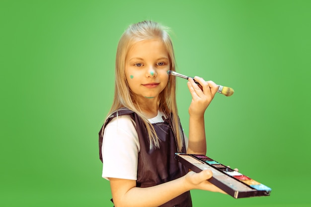메이크업 아티스트의 직업에 대해 꿈꾸는 어린 소녀 무료 사진