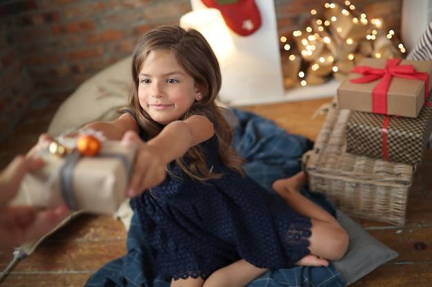 Bambina in un vestito