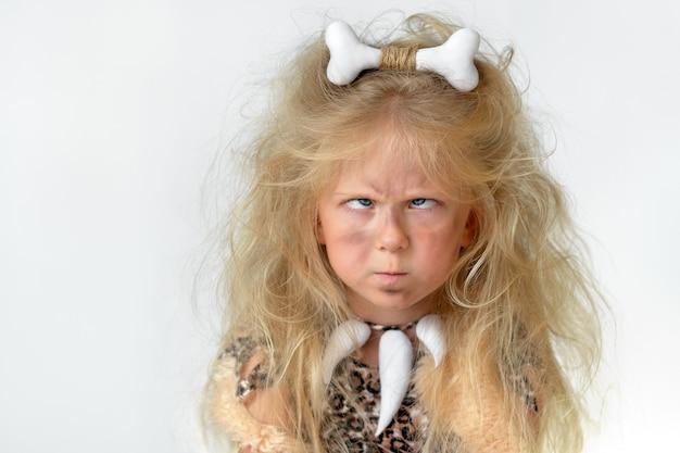 선사 시대 원시인으로 분 장 한 어린 소녀