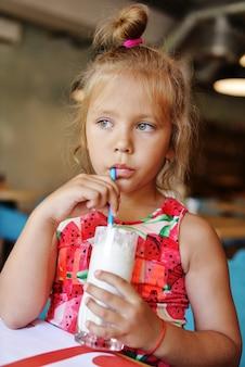 ミルクセーキを飲む女の子