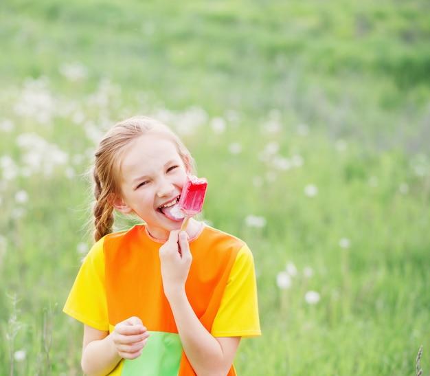 어린 소녀는 여름에 아이스크림을 먹는다