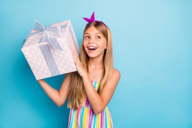 어린 소녀는 생일 파티를 즐길 큰 선물 상자를 개최