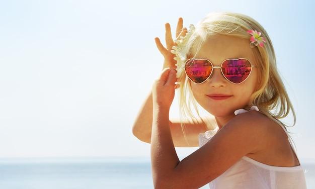 海で夏休みを楽しんでいる少女