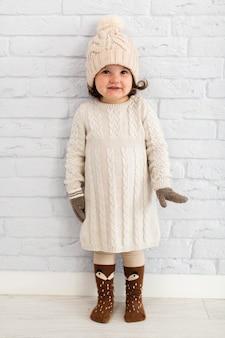 小さな女の子ファッションポーズモデル