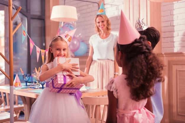 友達から誕生日プレゼントをもらう少女